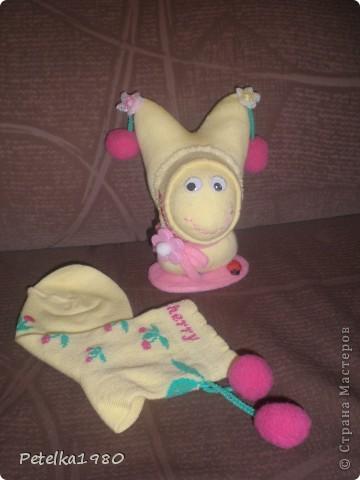 Подруга давно просила меня сделать ей игрушку из носок - видела у меня дома и ей понравилась..... Вот и повод нашёлся - скоро у неё день рождения - будет довеском к подарку))))) фото 3