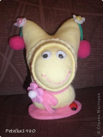 Подруга давно просила меня сделать ей игрушку из носок - видела у меня дома и ей понравилась..... Вот и повод нашёлся - скоро у неё день рождения - будет довеском к подарку))))) фото 1