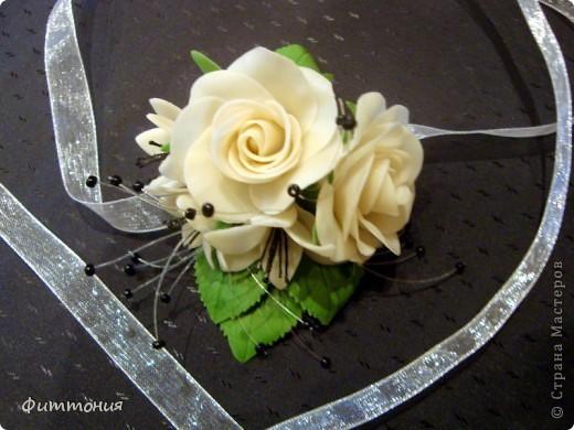 У одногруппницы дочери была свадьба. Подружкам надо было иметь на руке цветок в цвет платья. Вот и появился повод сделать такой букетик. Делала из пластики Модена. Работа не большая, но решила показать. фото 3