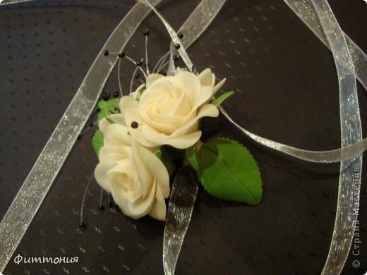 У одногруппницы дочери была свадьба. Подружкам надо было иметь на руке цветок в цвет платья. Вот и появился повод сделать такой букетик. Делала из пластики Модена. Работа не большая, но решила показать. фото 4