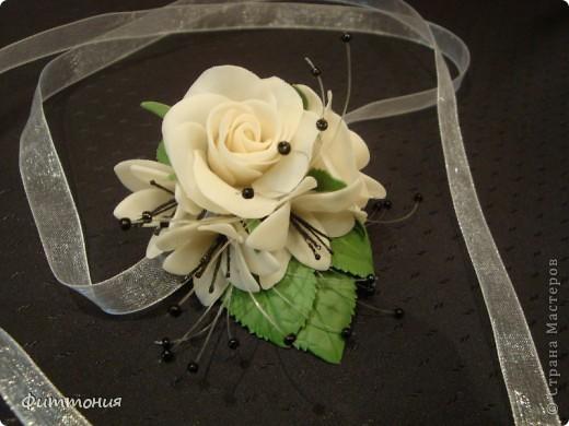 У одногруппницы дочери была свадьба. Подружкам надо было иметь на руке цветок в цвет платья. Вот и появился повод сделать такой букетик. Делала из пластики Модена. Работа не большая, но решила показать. фото 5