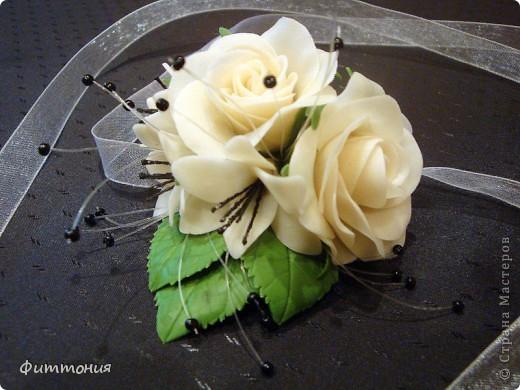 У одногруппницы дочери была свадьба. Подружкам надо было иметь на руке цветок в цвет платья. Вот и появился повод сделать такой букетик. Делала из пластики Модена. Работа не большая, но решила показать. фото 1