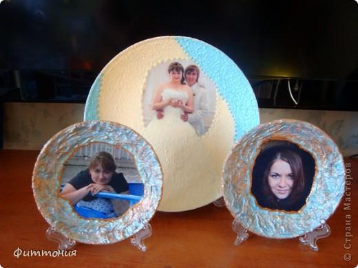 Тарелочки делались ко Дню рождения мамы и племянницы, у них оно в один день. Две маленькие сделаны из распечаток фотографий внучек, правда, ту, что справа попросили переделать, т.к. не понравился черный фон, получившийся от капюшона. Переделать пока руки не дошли, решила все-таки поместить. Меня фон не смущает. А для племянницы использовала  распечатку ее свадебной фотографии. Свадьба была в конце июня, пока эта тема еще очень актуальна. По-моему молодым подарок понравился. На маленьких тарелочках края декорировала салфеткой, сверху прошлась структурной пастой, затем краски и лак. На большой тарелочке использовала структурную пасту и прошлась по ней двумя разными губками, юбка тоже обработана этой же пастой. Покрашено акриловыми красками фото 1