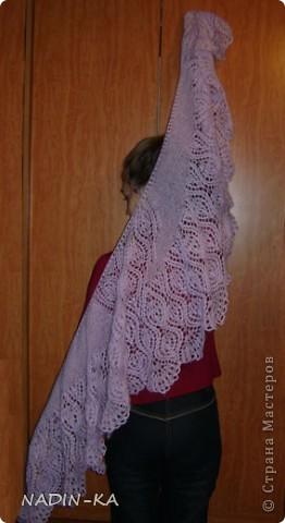 Я как раз хотела попробовать первый раз связать фишью.  Как я прочитала на Осинке, это такие шальки-шарфики, мини-палантины, фишю(fichu). Там же я встречала еще одно определение, где говорилось,  что они треугольные, но, судя по фото, явного угла в них как-то не просматривается. Хотя это действительно что-то среднее между шалью и шарфом.  фото 7