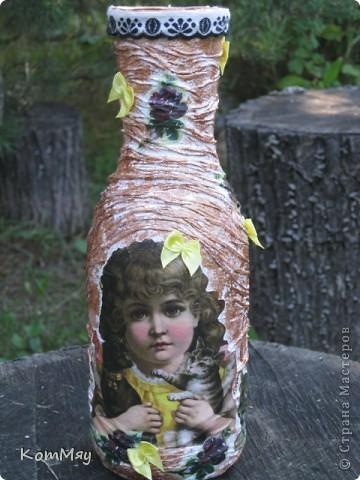 НАконец-то у меня освободилась бутылка, которую я планировала превратить в вазу. И заодно хотела опробовать драпировку на бутылке.  Купила вот такую декупажную карту (в стиле кич) и села ностальгировать по ушедшим временам... Получилось вот что.  фото 1