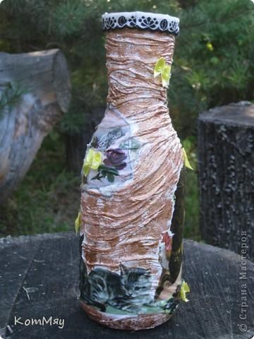 НАконец-то у меня освободилась бутылка, которую я планировала превратить в вазу. И заодно хотела опробовать драпировку на бутылке.  Купила вот такую декупажную карту (в стиле кич) и села ностальгировать по ушедшим временам... Получилось вот что.  фото 4