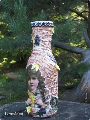 НАконец-то у меня освободилась бутылка, которую я планировала превратить в вазу. И заодно хотела опробовать драпировку на бутылке.  Купила вот такую декупажную карту (в стиле кич) и села ностальгировать по ушедшим временам... Получилось вот что.  фото 5
