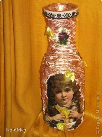 НАконец-то у меня освободилась бутылка, которую я планировала превратить в вазу. И заодно хотела опробовать драпировку на бутылке.  Купила вот такую декупажную карту (в стиле кич) и села ностальгировать по ушедшим временам... Получилось вот что.  фото 2