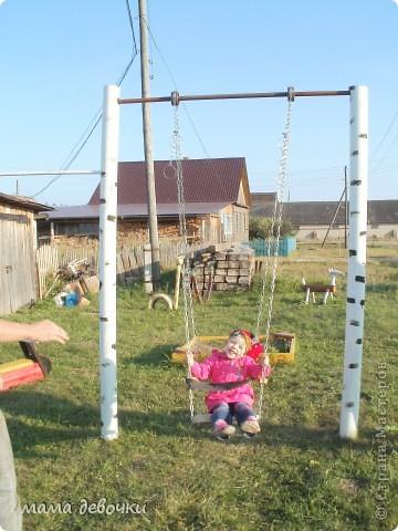 Ны выходные ездили в деревню к бабушке, с погодой нам не повезло, все выходные лил дождик, даже вещи теплые пришлось искать.  А хочу вам показать то что мои родители сделали для внучки, то есть моей дочки, ну и конечно для всей соседской ребятни! Все идеи взяты с этого замечательного сайта, за что спасибо! фото 9