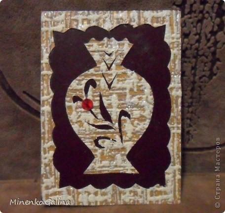Уж очень понравился картон насыщенно-шоколадного цвета. С ним хорошо сочетались остатки обоев.Вышел такой набор кувшинов.Уже после фотографирования к ним добалены очень мелкие светящиеся в темноте компоненты.Поэтому мои кувшины волшебные-днём горят рубинами, а ночью светятся. №1-Шахерезада. №2-Nono4ka 2001 №3-Сургай Настя №4-bagira 1965 №5-Jane №6-Татьяна Имполитова №7-останется мне №8-Юляшка Приходько фото 6