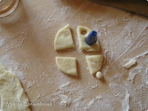 Завтра 1 сентября и захотелось порадовать дочку красивым пирогом. Процесс я сфотографировала и это может быть как вариант оформления пирога. фото 12