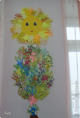 Вот такое солнышко и дерево украшают наш кабинет... Работа учащихся 1 класса.