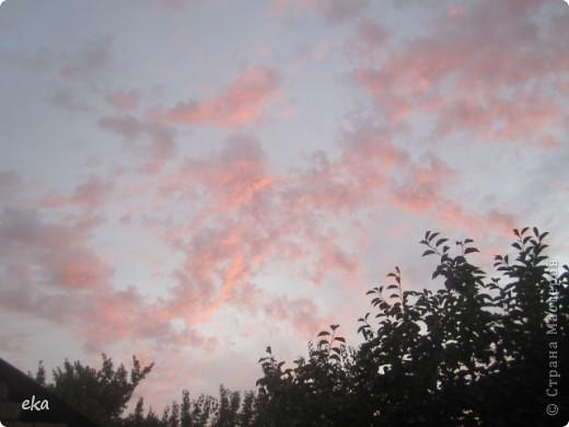 29 августа 2011 года весь день было облачно, прохладно. Вечером стало садиться солнце и началась вот такая красота в небе. фото 2