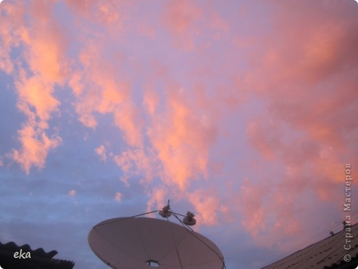 29 августа 2011 года весь день было облачно, прохладно. Вечером стало садиться солнце и началась вот такая красота в небе. фото 7