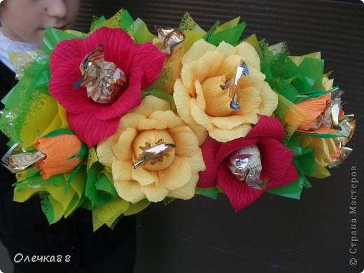 Сестренка захотела пойти на 1 сентября с необычными букетами. Папа из Голландии заказал букет из живых цветов, а я сделала конфетный)) Так что таких подарков у ее учительницы в этот день больше не было)) Получилась вот такая полуоткрытая книга. фото 3