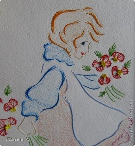 Картинка формата А4, вышита нитками мулине и бисером (серединки цветочков). Рисунок раскрашен пастельными мелками. Рамка - картон, обтянутый кусочком от обоев и цветочным упаковочным материалом.  фото 3