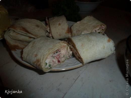 отварное филе курицы, чесночек-с, соль, перец, помидорка мелко резанная, майонезик, зелень и завернуть в лаваш...