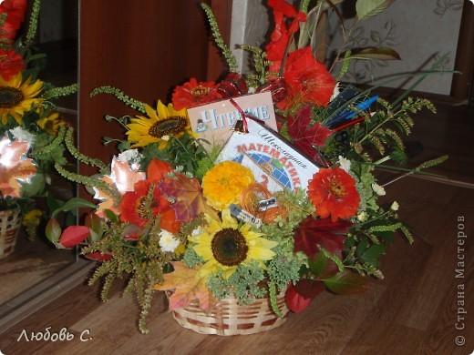 """В этом году всем школьникам и нешкольникам семьи на 1 сентября были сделаны букеты из своих садовых цветов нашим """"семейным"""" флористом. Это букет для первоклассницы с букварем и дневником, колокольчиком. фото 2"""