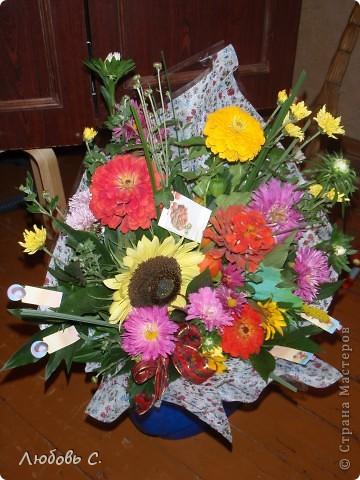 """В этом году всем школьникам и нешкольникам семьи на 1 сентября были сделаны букеты из своих садовых цветов нашим """"семейным"""" флористом. Это букет для первоклассницы с букварем и дневником, колокольчиком. фото 4"""