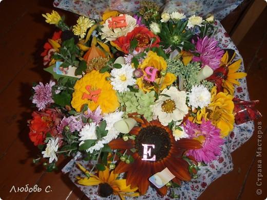 """В этом году всем школьникам и нешкольникам семьи на 1 сентября были сделаны букеты из своих садовых цветов нашим """"семейным"""" флористом. Это букет для первоклассницы с букварем и дневником, колокольчиком. фото 3"""