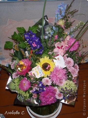 """В этом году всем школьникам и нешкольникам семьи на 1 сентября были сделаны букеты из своих садовых цветов нашим """"семейным"""" флористом. Это букет для первоклассницы с букварем и дневником, колокольчиком."""