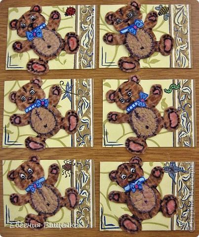 Мишки сделаны из ткани, глазки - бисер, бантик - вспененный скотч; насекомые нарисованы; фон - салфетка. Размер АТС (без мишки): 90*65 мм  фото 1