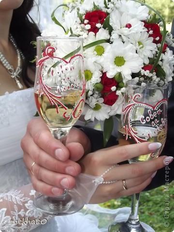 История этого подарка началась в апреле месяце.Брат мужа решил женится, и молодые попросили сделать им бокалы.Я дала свое согласие, а потом....потом я увидела КАКИЕ КРАСИВЫЕ НАБОРЫ делают МАСТЕРИЦЫ.И не могла удержаться....в итоге получились не только бокалы,но и бокалы на катание ,и бутылка, и коробочка)))))))))   фото 7