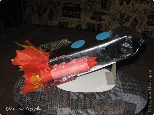Ракету с сыном делали в садик ко Дню космонавтики. В основе коробка от сока. фото 3