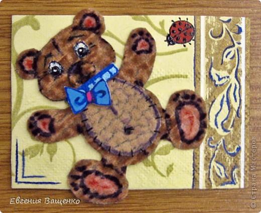 Мишки сделаны из ткани, глазки - бисер, бантик - вспененный скотч; насекомые нарисованы; фон - салфетка. Размер АТС (без мишки): 90*65 мм  фото 2