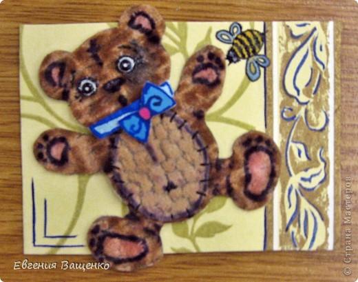 Мишки сделаны из ткани, глазки - бисер, бантик - вспененный скотч; насекомые нарисованы; фон - салфетка. Размер АТС (без мишки): 90*65 мм  фото 3