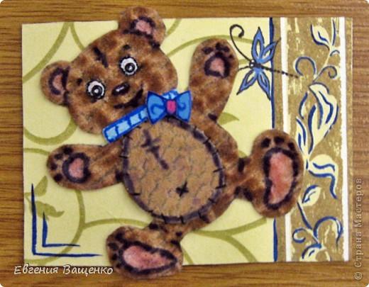 Мишки сделаны из ткани, глазки - бисер, бантик - вспененный скотч; насекомые нарисованы; фон - салфетка. Размер АТС (без мишки): 90*65 мм  фото 4