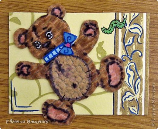 Мишки сделаны из ткани, глазки - бисер, бантик - вспененный скотч; насекомые нарисованы; фон - салфетка. Размер АТС (без мишки): 90*65 мм  фото 5