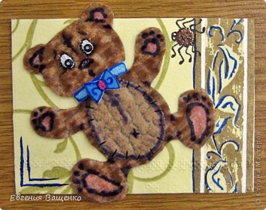 Мишки сделаны из ткани, глазки - бисер, бантик - вспененный скотч; насекомые нарисованы; фон - салфетка. Размер АТС (без мишки): 90*65 мм  фото 6
