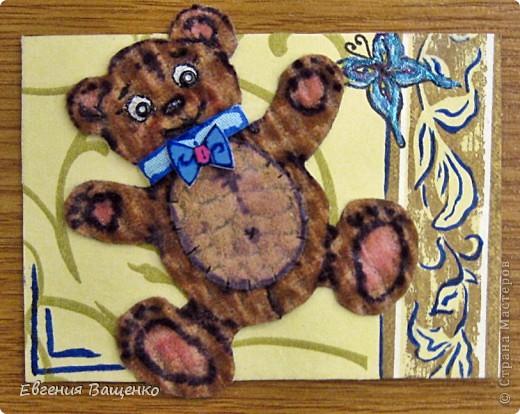 Мишки сделаны из ткани, глазки - бисер, бантик - вспененный скотч; насекомые нарисованы; фон - салфетка. Размер АТС (без мишки): 90*65 мм  фото 7