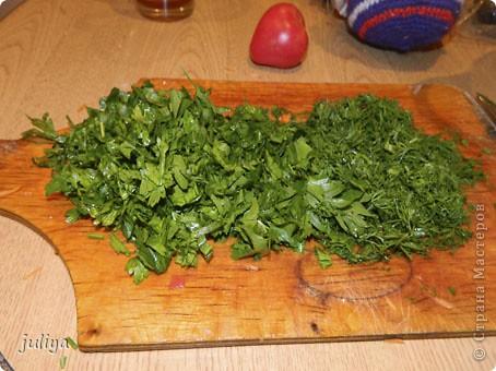 Эта заправка подходит для таких супов как : щи, борщ, рассольник и солянка. Готовиться быстро, просто, а в зимнее время года просто незаменима. Нам понадобятся: 1 кг. моркови; 1 кг. лука; 1.5-2 кг. помидоров; 5-6 шт. болгарского перца; по 300 гр. зелени укропа и петрушки; 1 кг. соли (я использую 0.5).  фото 6
