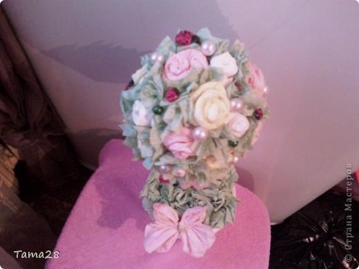 Привет всем мастерицам! это мое первое деревце из роз,а розы из бумажных салфеток. училась крутить их на сайте у всех понемногу.Зацените! оно уже подарено. Хотела поярче,но ярких салфеток не нашла. фото 2