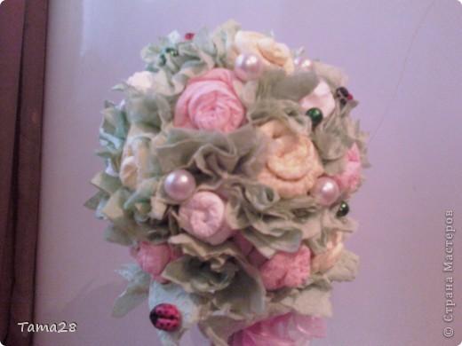 Привет всем мастерицам! это мое первое деревце из роз,а розы из бумажных салфеток. училась крутить их на сайте у всех понемногу.Зацените! оно уже подарено. Хотела поярче,но ярких салфеток не нашла. фото 3