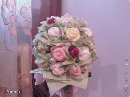 Привет всем мастерицам! это мое первое деревце из роз,а розы из бумажных салфеток. училась крутить их на сайте у всех понемногу.Зацените! оно уже подарено. Хотела поярче,но ярких салфеток не нашла. фото 4