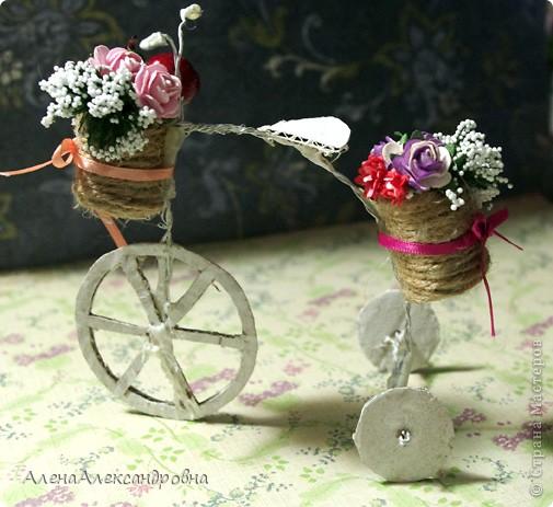 Увидела такой велосипед у девушки Любы https://lh5.googleusercontent.com/-IZAeQPso4Fk/TWxw6hYuLqI/AAAAAAAAB08/N9IoFyYva7I/s1600/GEDC0850.JPG и непременно захотела себе такой же! Делается ну очень просто.Использовала проволоку и коробочный картон. Крепила с помощью горячего клея. фото 1