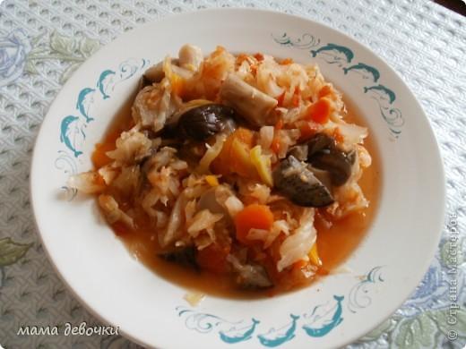 """У нас что, не день то гости, вот опять на кухне, но уже почти все готово, свежая картошечка отваривается еще к капусте """"Сложный гарнир""""!!!  Идею взяла у замечательной хозяйки Марины Александровой http://stranamasterov.ru/node/233180 , сколько всего вкусного у нее и не только, вкусного. А вот рецепт http://www.povarenok.ru/recipes/show/7457/ его я отрыла на просторах инета. Ингридиенты: •Капуста — 1 вилок •Морковь — 2 шт •Лук репчатый — 1 шт •Томатная паста •Грибы — 750 г  Капусту шинкуем, морковь на крупную терку, лук кубиками. Обжариваем капусту, морковь и лук на растительном масле, томат разводим небольшим количеством воды и заливаем капусту. Солим и даем протушиться. Грибы промываем и обжариваем отдельно. Когда капуста уже готова, соединяем ее с грибами и перемешиваем. Я маленько изминила рецепт, вместо томатной пасты добавила, помидоры измельченные на блендере, и порезала свежий перец, а грибы я вчера отварила и вконце приготовления капусты добавила, немного еще потом потушила, ну вот и все блюдо готово!!! Я попробовала вкусно!!! Приятного аппетита!"""