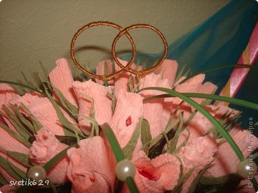 Букет из бутонов роз был сделан подруге на свадьбу . Колечки я сама сделала из проволки и золотой тесемочки. фото 1