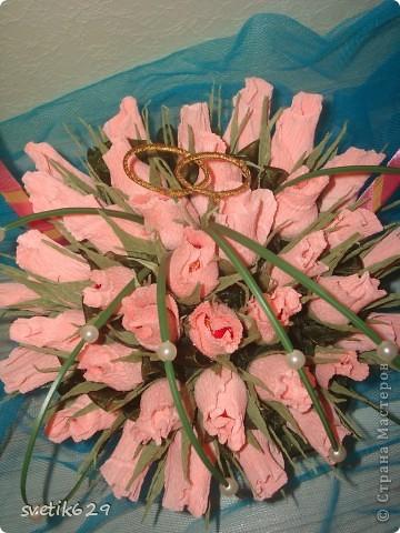 Букет из бутонов роз был сделан подруге на свадьбу . Колечки я сама сделала из проволки и золотой тесемочки. фото 2