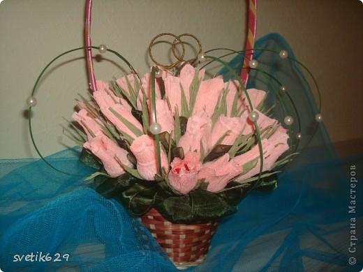 Букет из бутонов роз был сделан подруге на свадьбу . Колечки я сама сделала из проволки и золотой тесемочки. фото 6