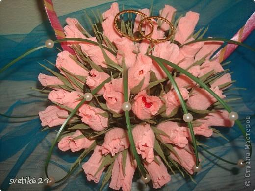 Букет из бутонов роз был сделан подруге на свадьбу . Колечки я сама сделала из проволки и золотой тесемочки. фото 7