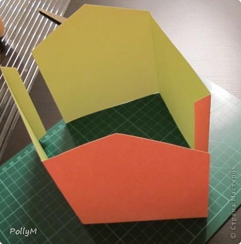 Как-то раз, лазая по инету, я натолкнулась на фотоальбом в виде домика. Идея понравилась. Но фотоальбом мне не нужен, поэтому я упростила себе задачу и решила сделать просто картонный домик. Но непременно зимний!  фото 3