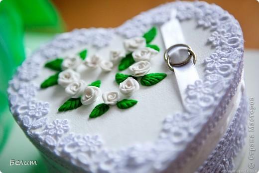 шкатулочка для колец (за основу пошла обычная подарочная коробочка в виде сердца+белая акриловая краска, кружево посажено на момент-гель, розочки и листики из пластики) фото 2