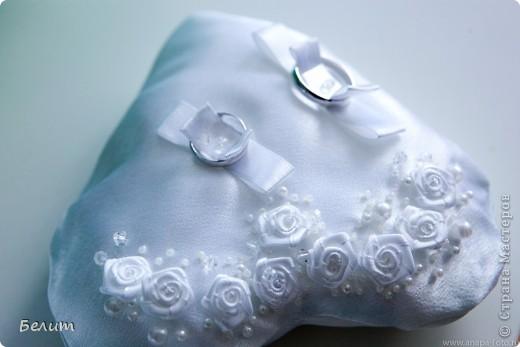 шкатулочка для колец (за основу пошла обычная подарочная коробочка в виде сердца+белая акриловая краска, кружево посажено на момент-гель, розочки и листики из пластики) фото 4