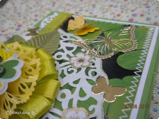 """Коробочка-шоколадница сделана по моему любимому скетчу. В работе использовала картон """"Флора"""", гофрированный картон, ажурную салфетку, атласную ленту, дырокольное бумажное кружево, наклейки бабочек и цветочков. фото 4"""