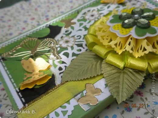"""Коробочка-шоколадница сделана по моему любимому скетчу. В работе использовала картон """"Флора"""", гофрированный картон, ажурную салфетку, атласную ленту, дырокольное бумажное кружево, наклейки бабочек и цветочков. фото 5"""