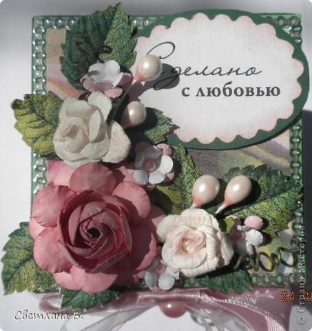 """Коробочка-шоколадница сделана по моему любимому скетчу. В работе использовала картон """"Флора"""", гофрированный картон, ажурную салфетку, атласную ленту, дырокольное бумажное кружево, наклейки бабочек и цветочков. фото 8"""